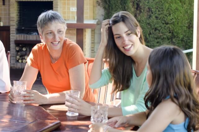 家族ぐるみの付き合いをする女性