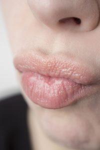 唇を軽くなめる女性
