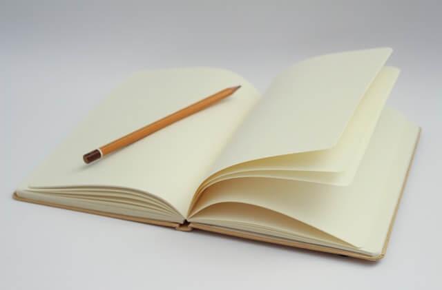恋愛の問題を書き出す女性