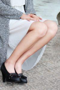 女性らしさのあるスカートをはく女性