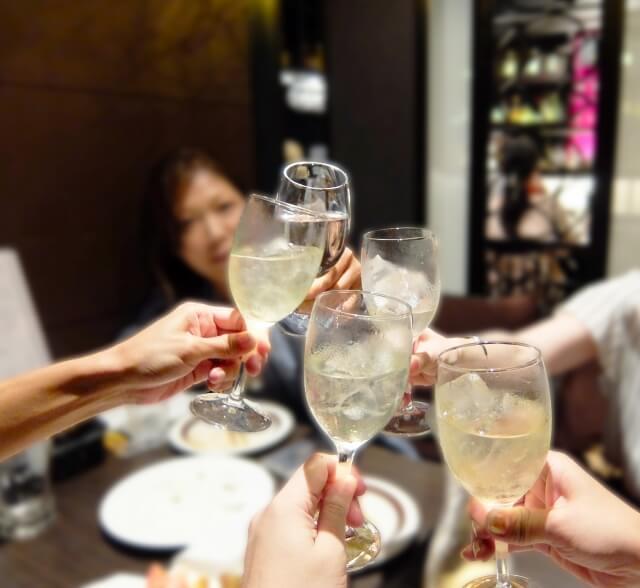 自由に飲み会に参加する女性
