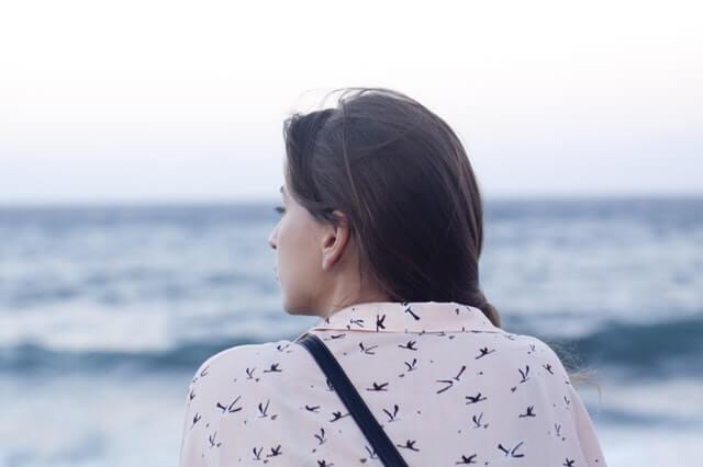 寂しそうな顔をする女性