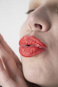 唇を尖らせて目をつぶる女性