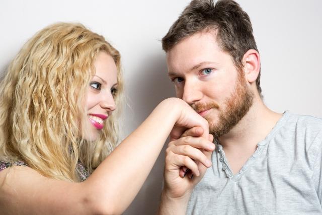 手の甲にキスする男性