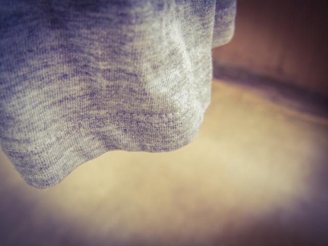 服を引っ張る女性