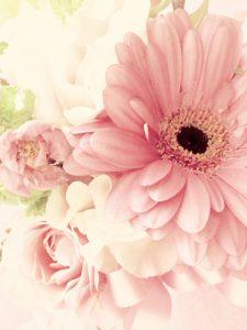 花束を相手の両親に贈る女性