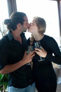 笑顔で見つめ合いキスするカップル