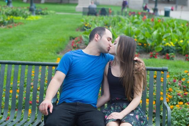 リラックスしてキスするカップル