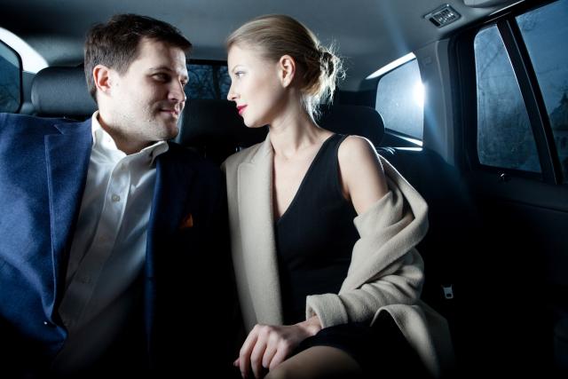 車の中でいい感じのカップル