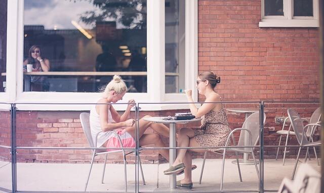 恋愛相談する女性同士