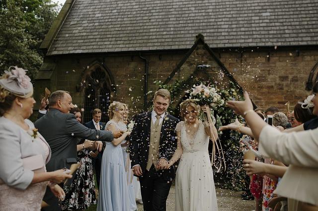 幸せそうな結婚したカップル