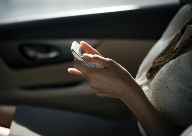 婚活アプリを利用する女性