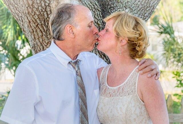 キスで幸福そうなカップル