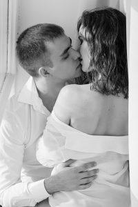 キスの雰囲気づくりをするカップル