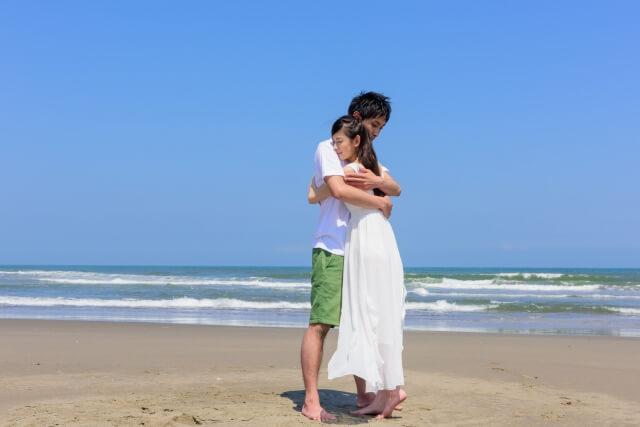 彼を抱きしめる女性