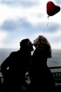 人前でキスすることで独占欲をアピールする男性