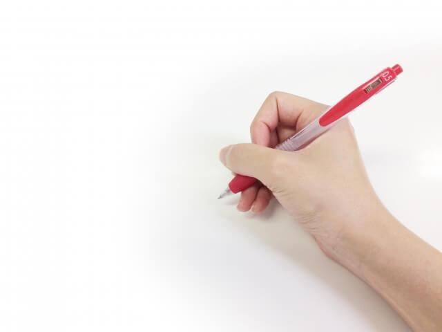 丁寧にプロフィールの字を書く女性