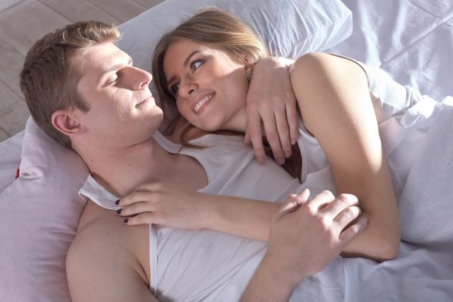 そのまま眠りにつくカップル