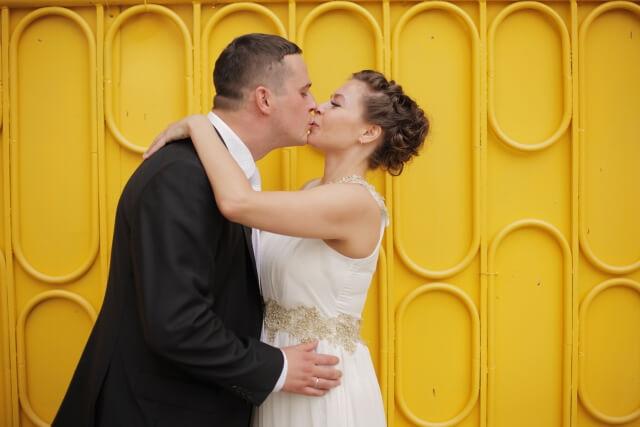 強引に自分からキスする女性