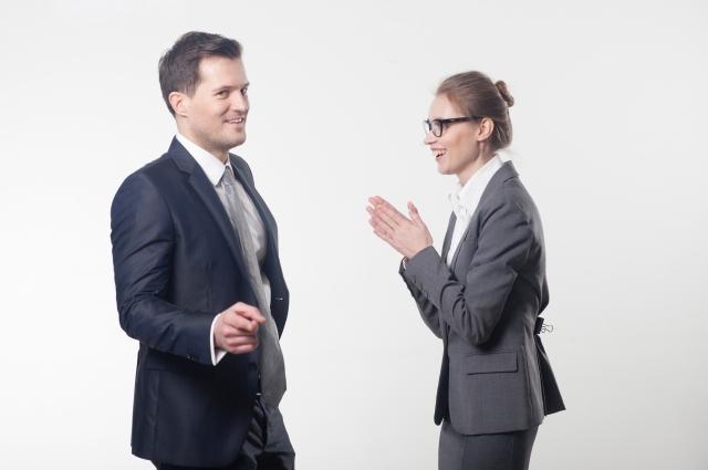 彼の仕事ぶりを褒める女性