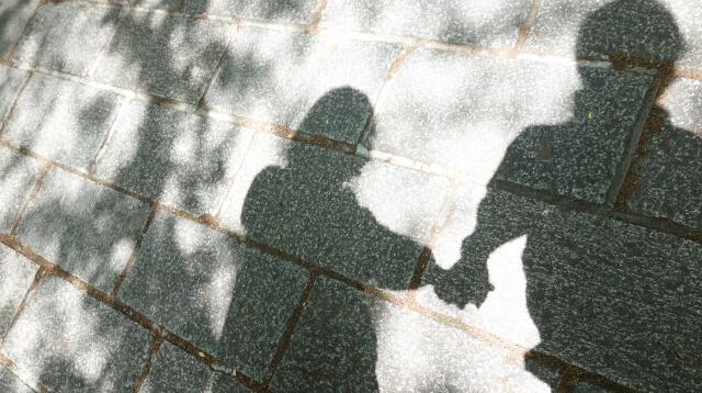 まずは手をつなぐことから始めるカップル