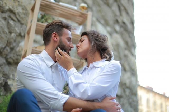 感情が赴くままキスするカップル