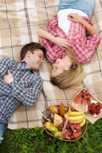 幸せな気分に浸り眠るカップル
