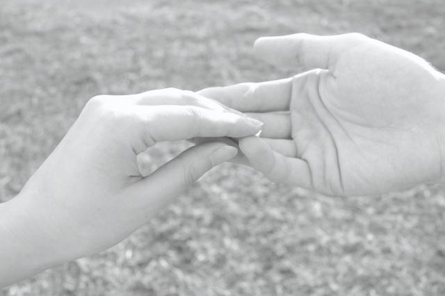 手を繋いで好意を確かめる女性