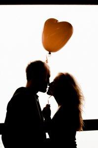 濃厚なキスをする男女