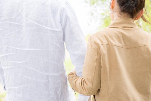 デートで手を繋ぐ女性