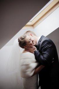 ハグした勢いでキスする男女