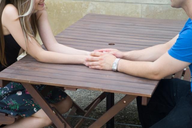 手を触るボディタッチ