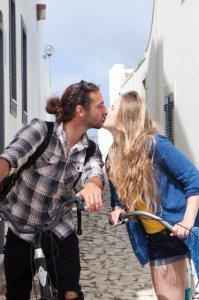 人前でキスすることで男性のワイルドさアピール