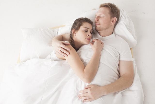 一緒にベッドで寝るカップル
