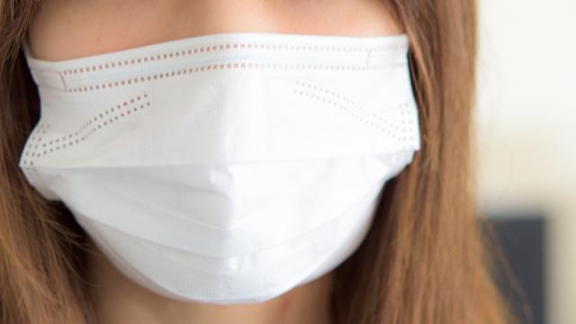 マスクをつけて潤いを保つ女性