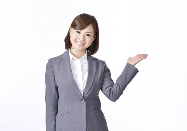 仕事中に笑顔を見せる女性
