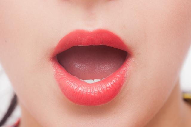 違和感のあるグロス塗りすぎの唇