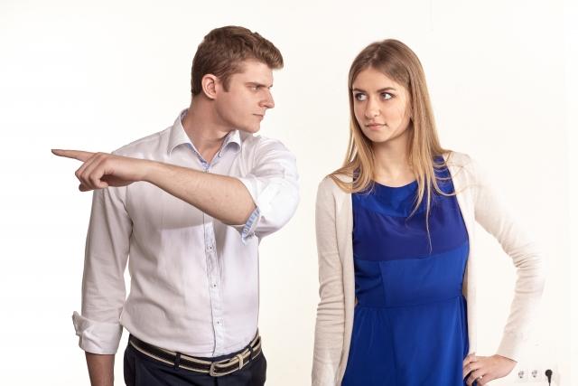 浮気しそうな彼を注意する女性