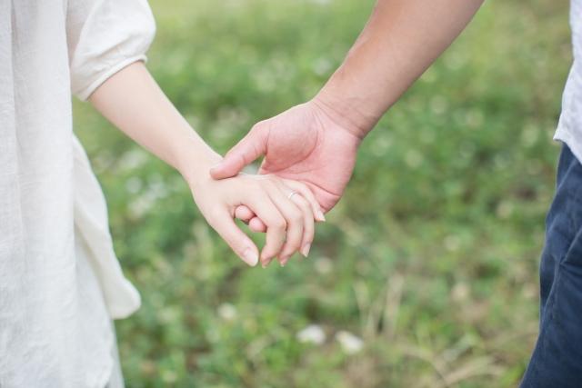 2回目のデートで手を繋ぐ男女