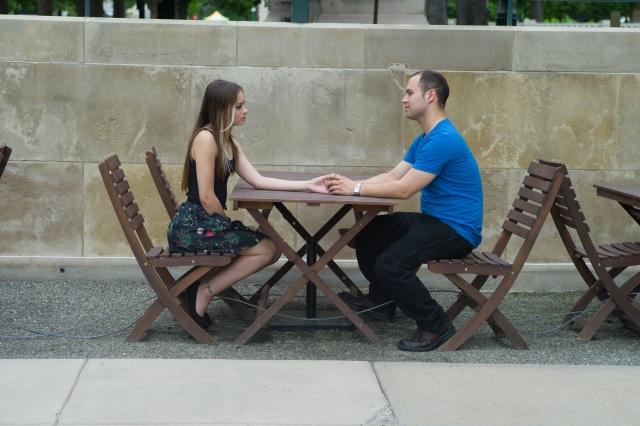 キスして反応を見るカップル