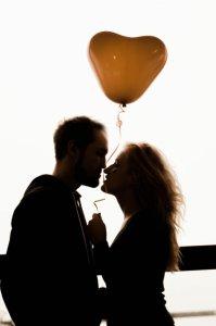 場所を選ばないキス