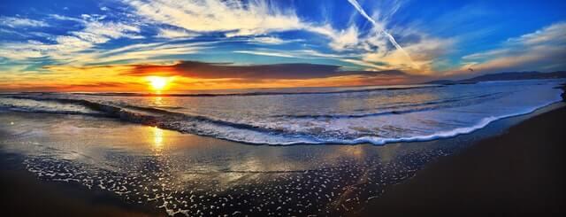 夕日が沈みそうな海岸線