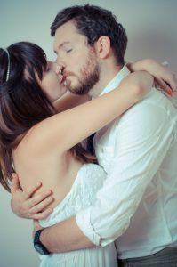 キスして離れないカップル