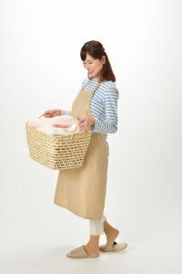 家事の洗濯を頑張る女性