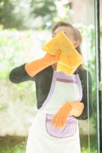 掃除を頑張る家庭的な女性