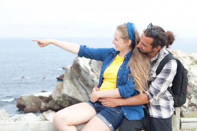 座った状態で男性から女性にキス