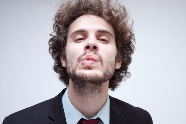 ひげが生えて不衛生な男性