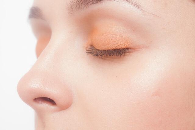 鼻で息する女性