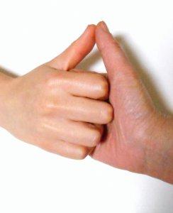 好きな男性と指相撲する女性