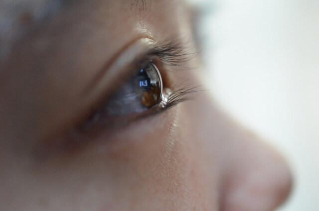 男性の目を見て話す女性